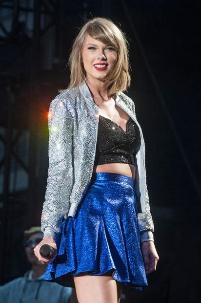 25-letna Taylor Alison Swift, ameriška country-pop pevka, tekstopiska, kitaristka, pianistka in filmska ter televizijska igralka, je že na prvi pogled …