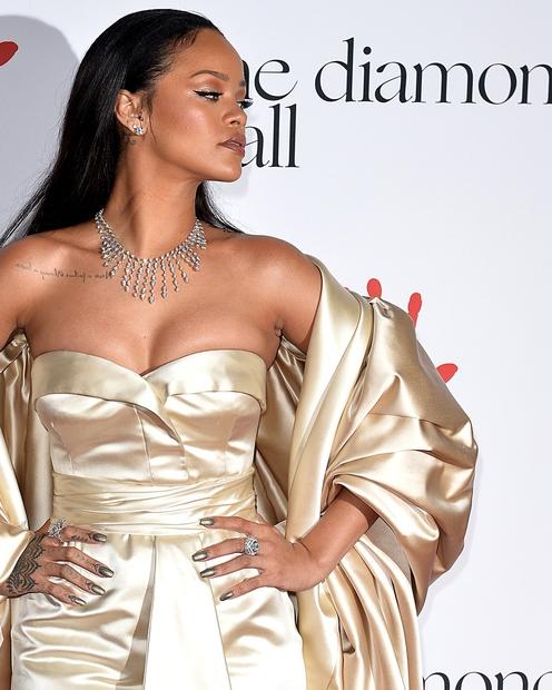 Rihanna je tokrat posegla po zlatih barvnih odtenkih, ki sicer čudovito pristojijo njeni polti, a ko smo obleko videti v …