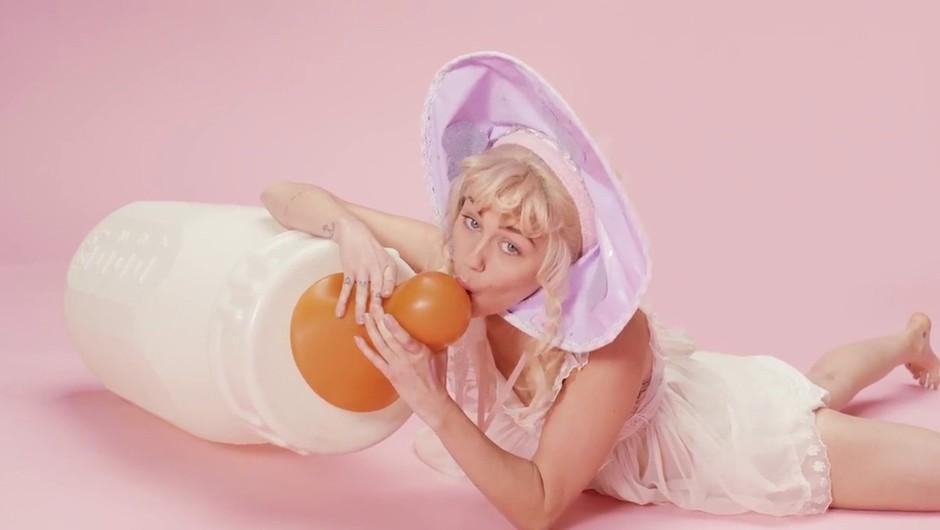 VIDEO: Miley Cyrus buri duhove z novim spotom za BB Talk (foto: Profimedia)