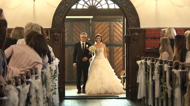 VIDEO: Najbolj ganljiv sprehod neveste do oltarja (foto: YouTube print screen)
