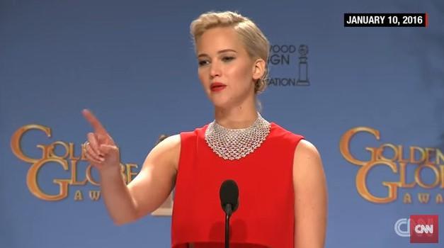 VIDEO: Je Jennifer Lawrence res nesramno okrcala novinarja? (foto: Youtube CNN)