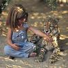 Spoznaj deklico, ki je odraščala z divjimi afriškimi živalmi (FOTO)