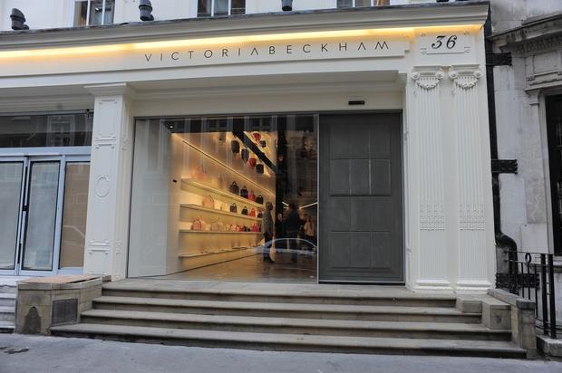To je njena londonska trgovina, kjer kupuje številna slavna imena, vsekakor pa zgolj tisti, ki ...