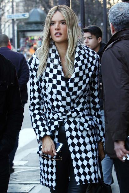Alessandro so kot blondinko opazili v Parizu. Oglej si nekaj utrinkov njenega novega videza.
