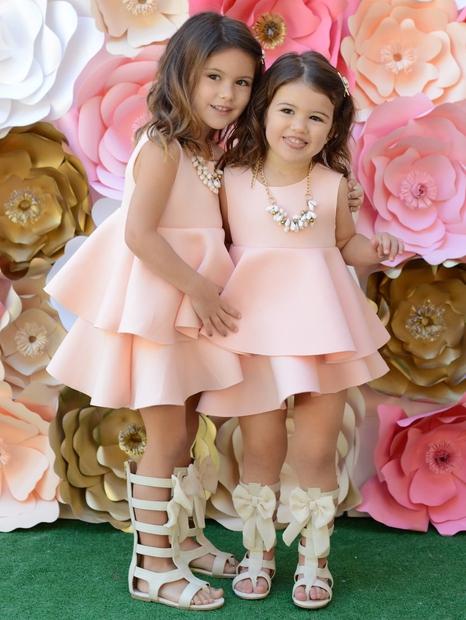 To sta Isabella in Scarlett Drenk, stari tri in dve leti. Njuna mama, 32-letna Stacy, na Instagramu vodi njun profil …