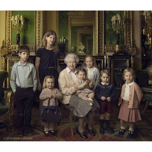 90-letna kraljica Elizabetha, ki je mimogrede tudi najdlje vladajoča kraljica v zgodovini Velike Britanije (vlada ji že 63 let in …