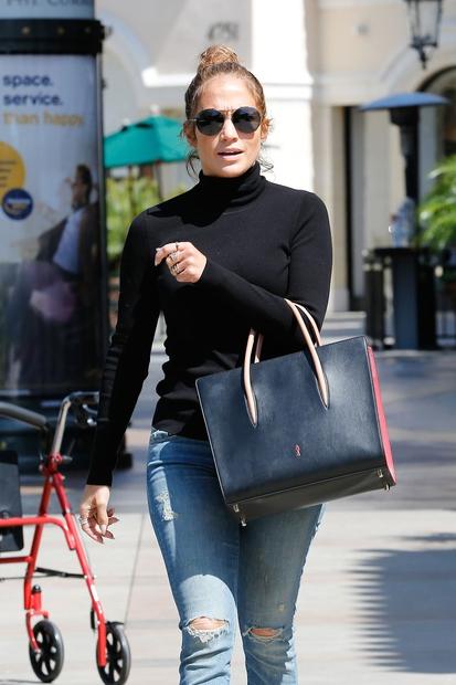 Jennifer Lopez je na čudovit način pokazala, kako lahko povsem preprosta oblačila nadgradimo s posebnimi modnimi dodatki. Ob Louboutinovi torbici …