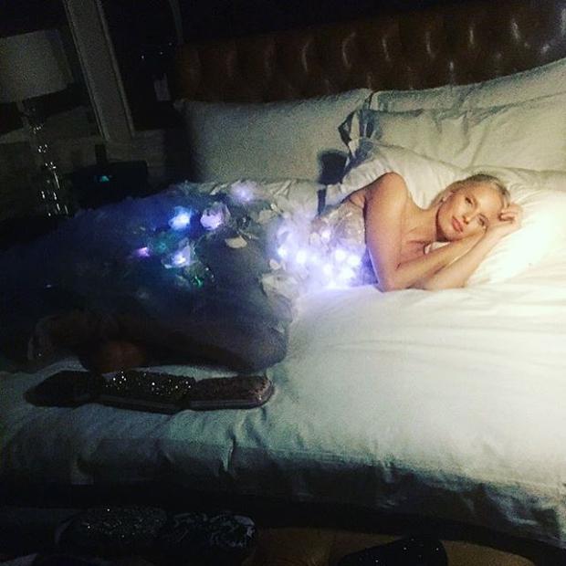 FOTO: Karolina Kurkova na Met Gala navdušila z obleko z lučkami