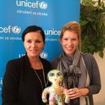 Oblikovalka Nina Holc s posvojiteljico in punčko Malo gozdno vilo Mo (foto: UNICEF)