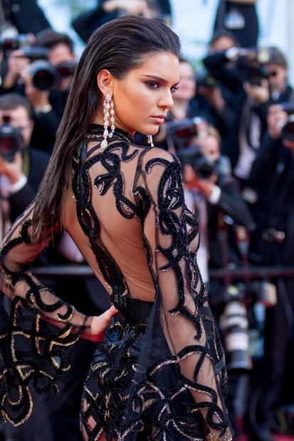 Elegantno podobo je Kendall izpilila s prefinjenim večernim make-upom in bogatimi uhani.