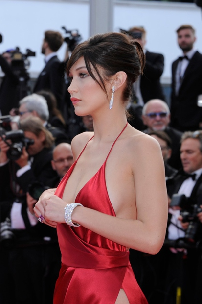 Priznamo, obleka Belle Hadid, ki jo je nosila v Cannesu, pusti vtis. Zdi se nam ...