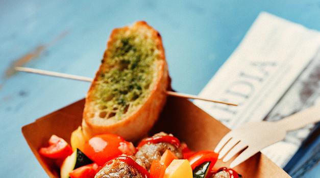 Ratačufte, mesne kroglice z ratatuj zelenjavo in prepečencem bagete (foto: promocijsko gradivo)