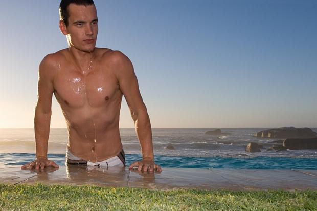 1. Trenutek, ko prihaja iz vode in se kaplje cedijo po njegovih trebušnih mišicah. (p.s. tudi potenje ob igranju odbojke …