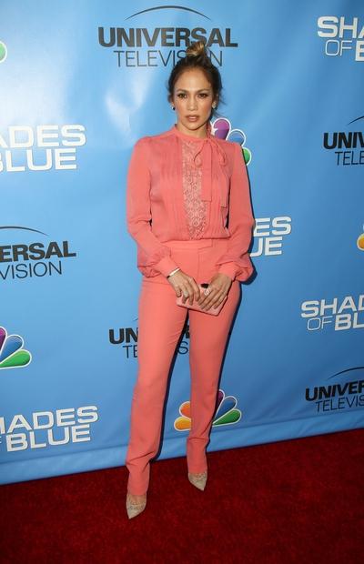 Jennifer Lopez, ki je videti vsako leto bolje, je tokrat smuknila v roza pajac, ki je čudovito poudaril njeno ženstvenost …