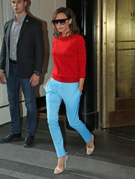 barvah! Victoria je k živo rdečem puloverju oblekla vpadljive svetlo modre hlače, zraven pa čudovite kožne sandale. Tudi za Victorio …