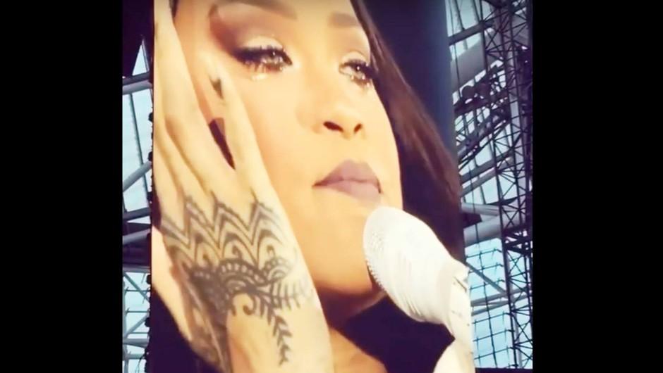 VIDEO: Rihanna se je na koncertu v Dublinu povsem zlomila (foto: YouTube Printscreen)