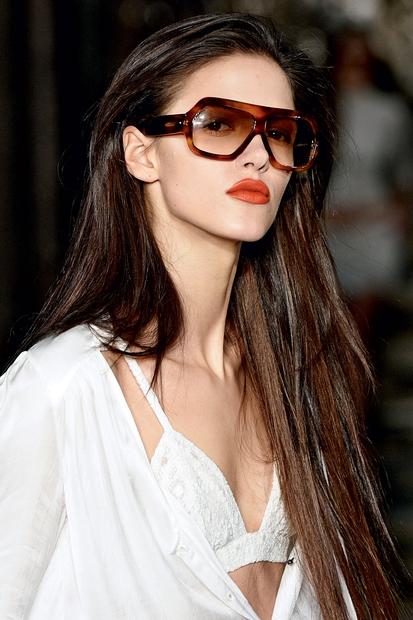 Odkrij nove oblike očal, s katerimi boš lahko samozavestno stopila v prvo vrsto poletnega dogajanja ...