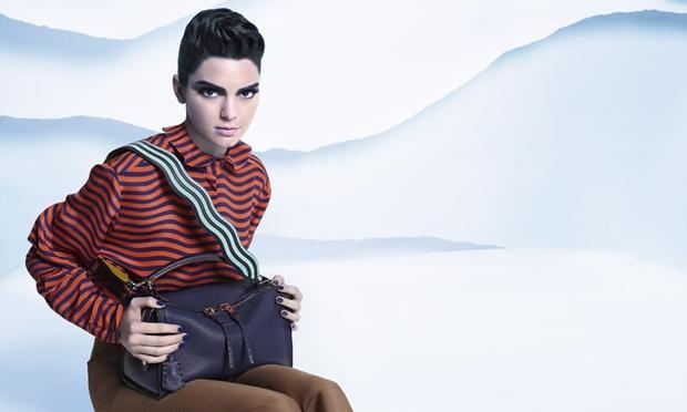 Tokrat lepa temnolaska modni svet nadušuje z bolj androgenim videzom, ki so si ga zamislili pri svetovno znani znamki Fendi. …
