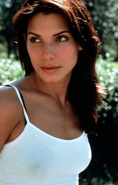 Sandra Bullock je zaslovela v devetdesetih, ko je zaigrala v uspešnih filmih Hitrost in Ko si spal. Nato sta sledila …