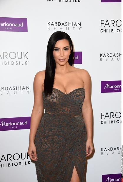 Po dveh porodih, z obilico močne volje in trume strokovnjakov je Kim Kardashian znova videti kot nekoč. Ampak res nekoč. …