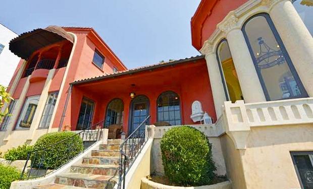 Hiša je bila zgrajena let 1924 v mediteranskem slogu. V njej so ...