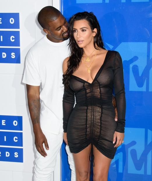 Kim Kardashian, ki v zadnjem času ponovno blesti v svoji najbolj seksi različici, je znova poskrbela za drastično preobrazbo. Znova …