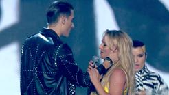 VIDEO: Poglej, kako očitno se je Britney na nastopu izognila poljubu
