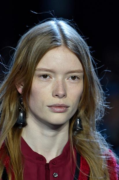 2. Topla svetlolaska Svetli lasje na poseben način osvetljujejo in uokvirjajo obraz. Svetli odtenki las zahtevajo nekaj več truda in …