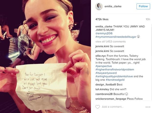 """1. Emilia Clark je med šovom pokazala listek Jimmyja Kimmla, na katerem je pisalo: """"Imej se lepo nocoj! Zmaga ali …"""