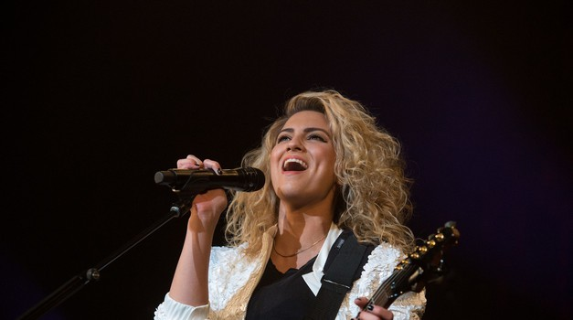 "VIDEO: Emmyji 2016: Moraš slišati, kako čustveno je Tori Kelly izvedla skladbo ""Hallelujah"" (foto: Profimedia)"