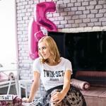 Oblačila: majica Twin Set, krilo Penny Black, čevlji last stilistke (foto: Taja Košir Popovič)