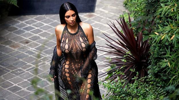 Grozljiva noč za Kim Kardashian, v hotelu sta ji dva moška grozila s pištolo! (foto: Profimedia)