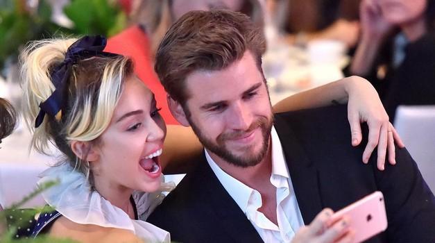 Miley Cyrus in Liam Hemsworth sta se prvič (odkar sta ponovno skupaj) pokazala v javnosti! (foto: PrtSc Instagram @variety)