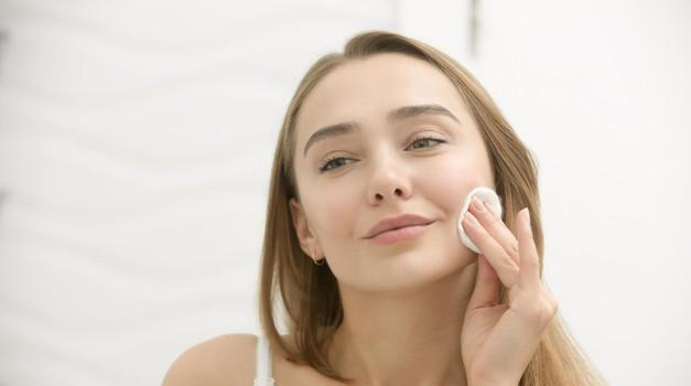 To je najboljši način, kako najlažje odstraniš ličila (tudi vodoodporna!) (foto: Profimedia)