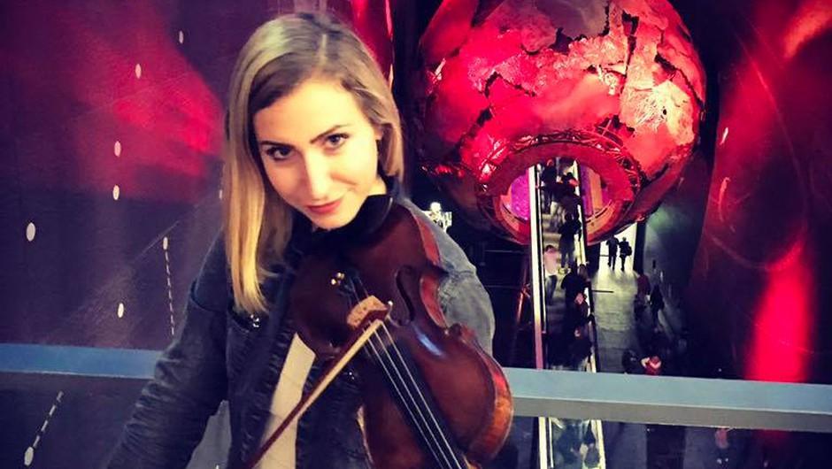VIDEO: Kdo je Slovenka, ki po vsej Evropi navdušuje z zvokom električne violine? (foto: Facebook @Maša Golob)