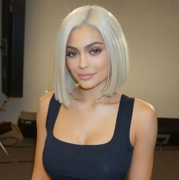 Verjetno ni presenečenje, da Kylie, ki neprestano preseneča in eksperimentira s svojim videzom, obožuje lasulje vseh barv, stilov in dolžin! …