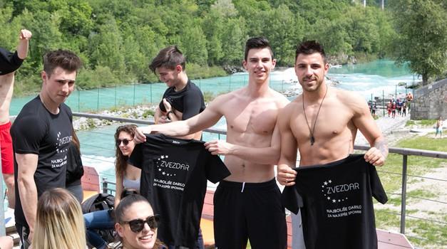 Finalista Nik in Gregor sta z veseljem pokazala izklesano telo. (foto: Katja Kodba)