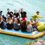 Vesela družba se je proti adrenalinskemu parku odpravila kar s čolnom. (foto: Katja Kodba)