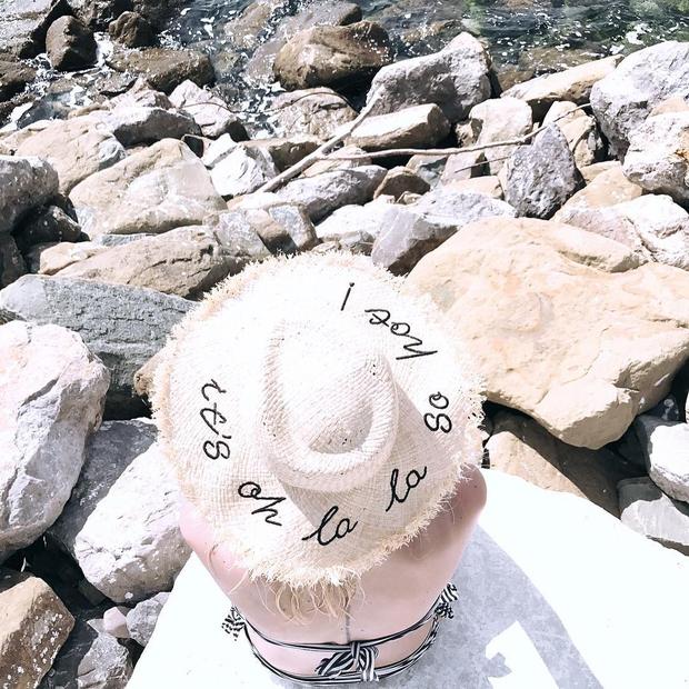 Tjaša Kokalj Jerala s klobučkom v Sistiani, plaža Portopiccolo. Fantastična fotka, kajne?