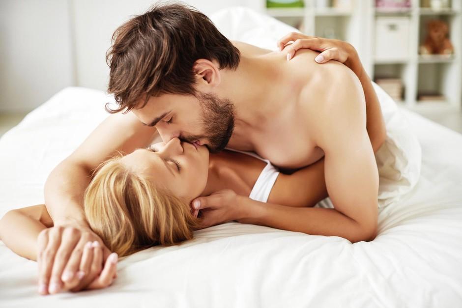 """""""Medtem ko ga poljubljaš, uporabljaj roko! Naj ga tvoji prsti gladijo po ..."""" (posteljni triki za velik O) (foto: Profimedia)"""