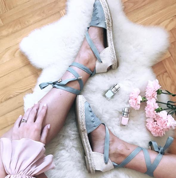SANDALI: Pokaži svoje poletne sandalce, natikače, espadrile ... Naredi očem prijetno kompozicijo in vanjo vključi romantične sladoledne barve.