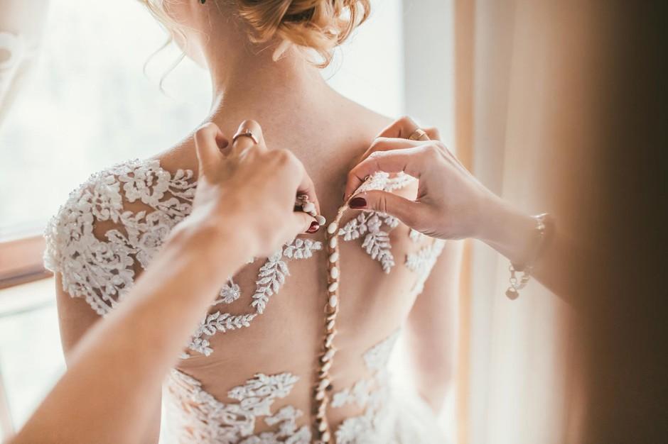 Si tik pred poroko? 11 nujnih pripomočkov, ki ti bodo na ta dan še kako prišli prav (foto: Profimedia)