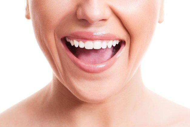 Za bolj bele zobe vsako jutro stori TO! (foto: Profimedia)