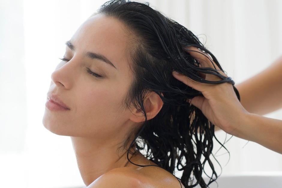 Ti je všeč, ko se nekdo igra s tvojimi lasmi? Poglej, zakaj je ta občutek takooo dober! (foto: Profimedia)