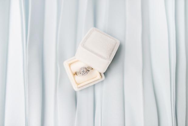 Oven : Drzna, a nikoli preprosta Nisi sramežljiva in brez strahu razkazuješ svoj prstan, pri čemer velikost kamenčka ni važna, …
