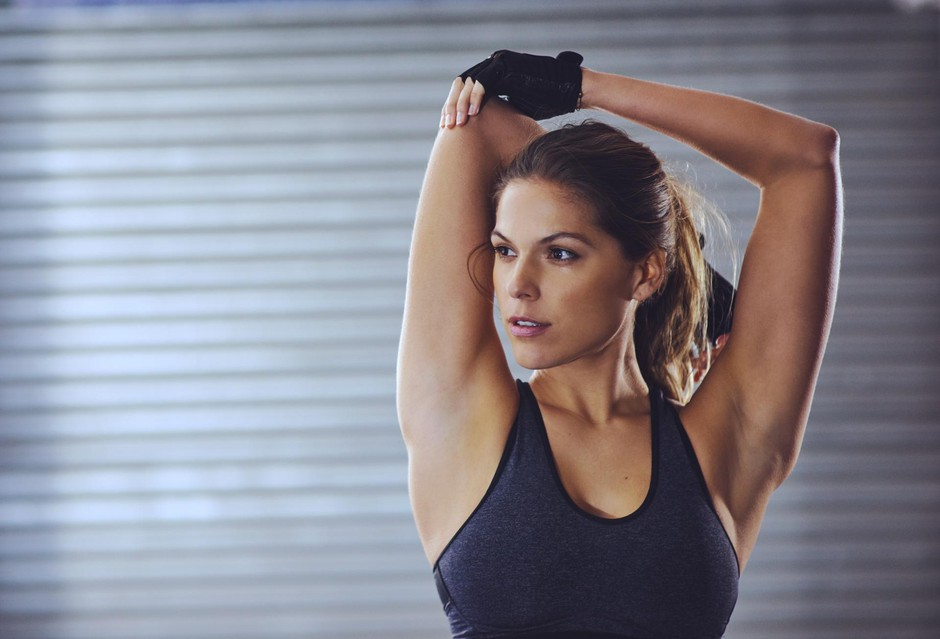 Shot of a young woman stretching her arms before a gym workouthttp://195.154.178.81/DATA/i_collage/pi/shoots/806022.jpg (foto: PEOPLEIMAGES GETTY IMAGES)