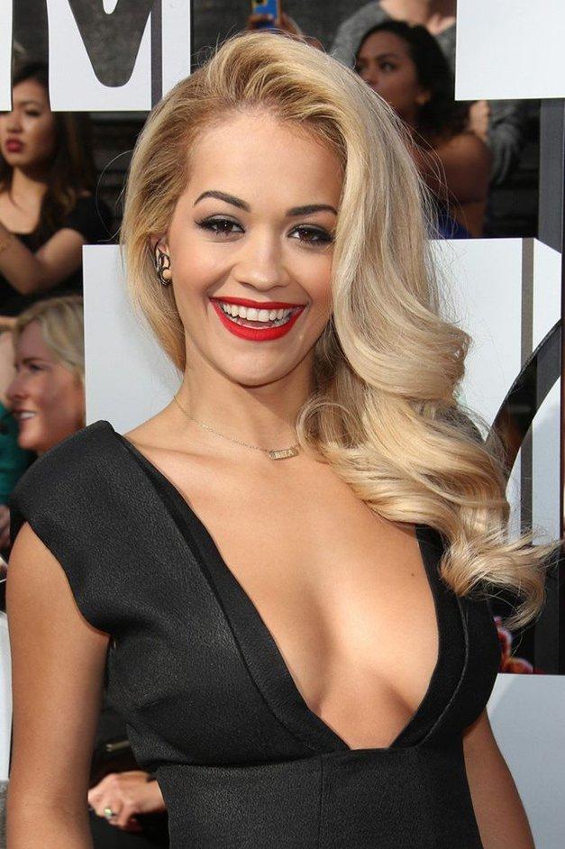 Rita Ora je zavzela rdečo preprogo v TEM norem stajlingu! (foto: Profimedia)