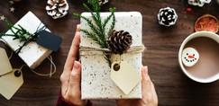 Letošnji trendi za praznično okrasitev doma (+ideja za božično sladico)