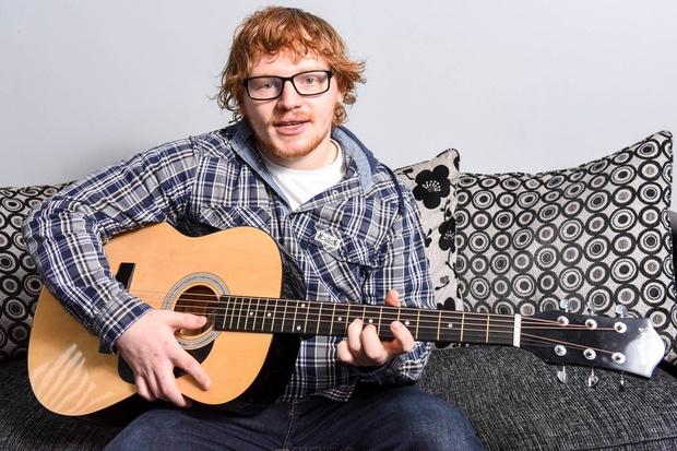 Wesley Byrne je fant, ki je na las podoben priljubljenemu pevcu Ed Sheeranu in ki ga ljudje na ulici ustavljajo …