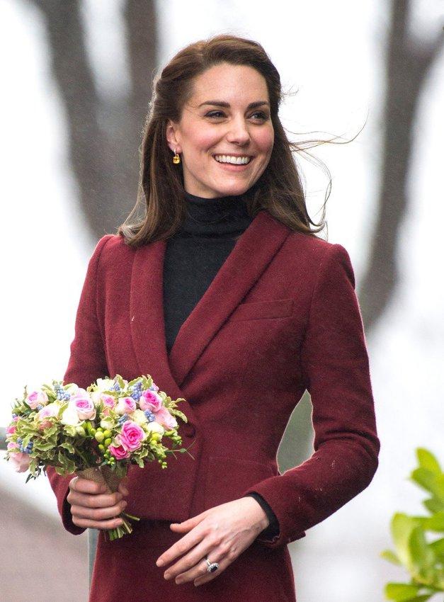 Kate Middleton v javnosti NIKOLI ne sleče plašča, in TO je razlog, zakaj (ne, ni mraz) (foto: profimedia)